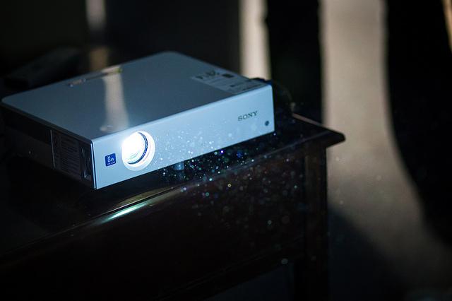 Falra szerelhető projektor konzol